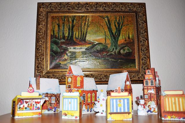 1. Dezember 2018 / Das erste Adventskalendertürchen ... Adventsdorf-Kalender, Bilder-Kalender mit Glitter und Glitzer, Santons, Holztiere, Süßigkeiten ... Foto(s): Brigitte Stolle