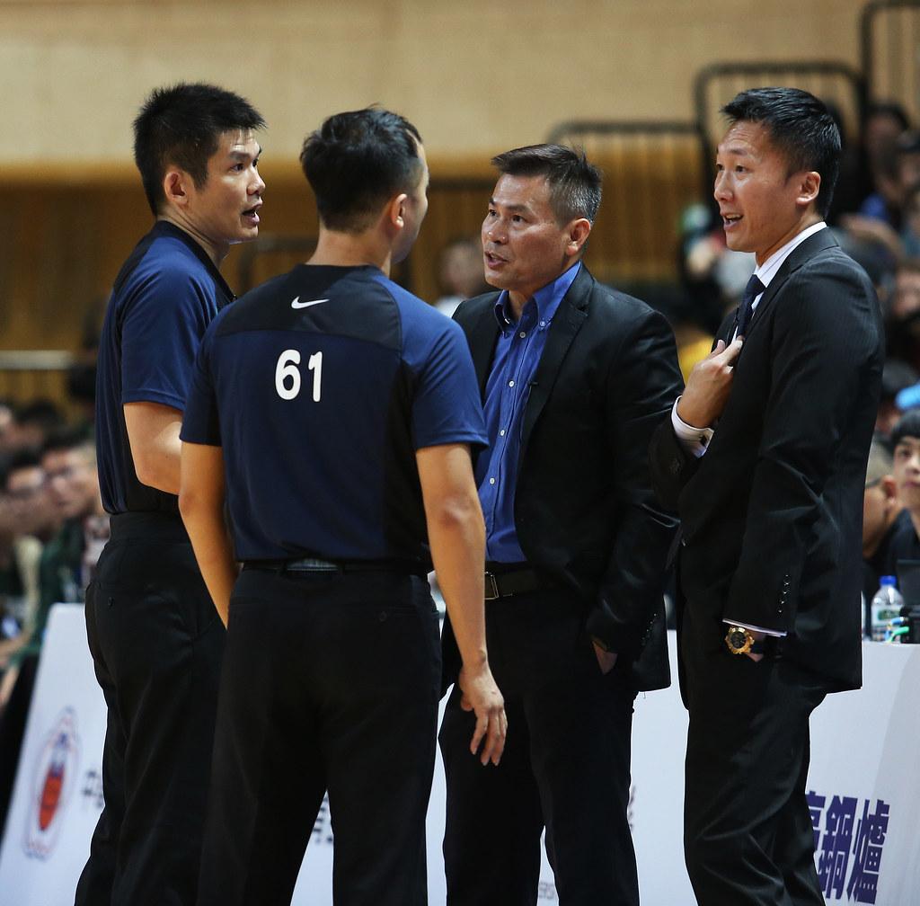 台啤總教練周俊三(右二)與富邦勇士總教練許晉哲與裁判討論。(籃協提供)