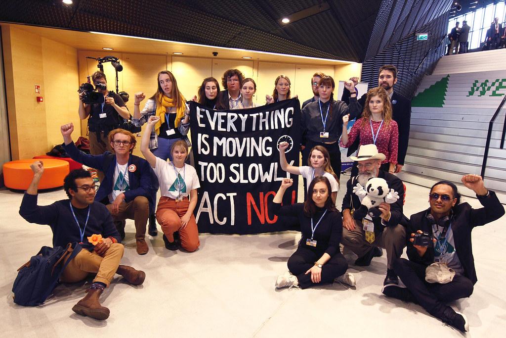 氣候大會舉行期間,一場快閃活動表達談判與領導人參與的氣候行動太緩慢。