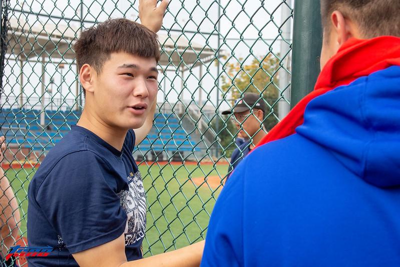 趙倫回到大聯盟在南京的發展中心,在一旁觀看學弟練球(特派記者王啟恩/南京現場拍攝)