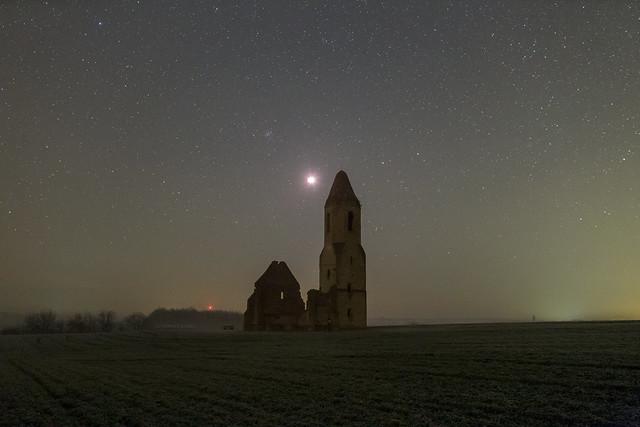 VCSE - A teljesség ideje alatt az égbolton legalább 2500 csillag látszódott. Előjöttek a fénykupolák a települések felett és már a csillagok fénye derítette a tájat 5:50 körül. (azonban a csillagászati szürkület vége kicsit korábban következett be)