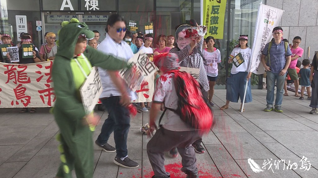 收到敗訴通知後,林金連將紅漆潑滿全身,到台中市政府抗議。