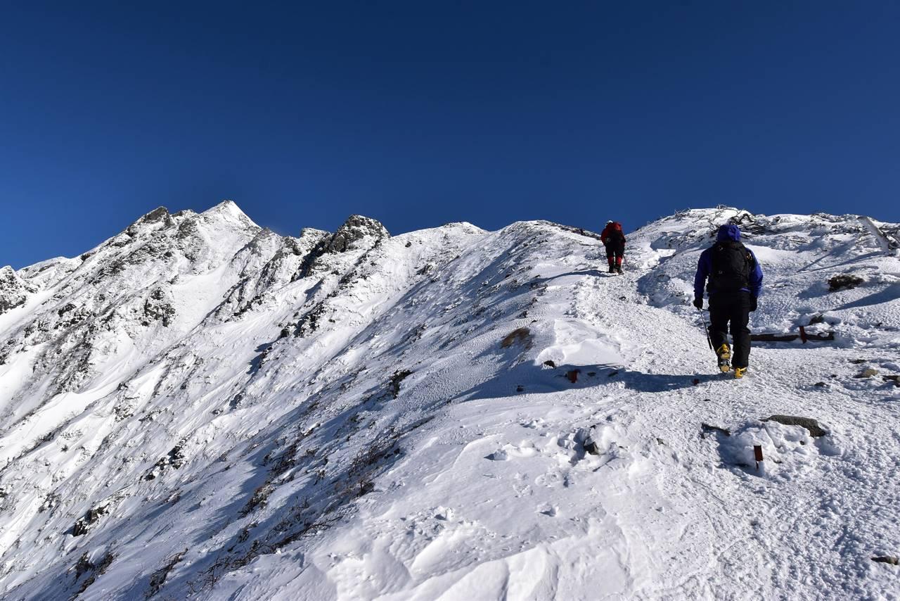 西穂高岳の稜線 雪のピラミッドピーク