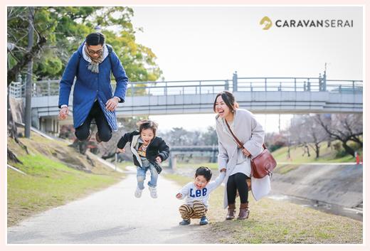 ロケーションフォト 川原で家族写真 みんなでジャンプ!