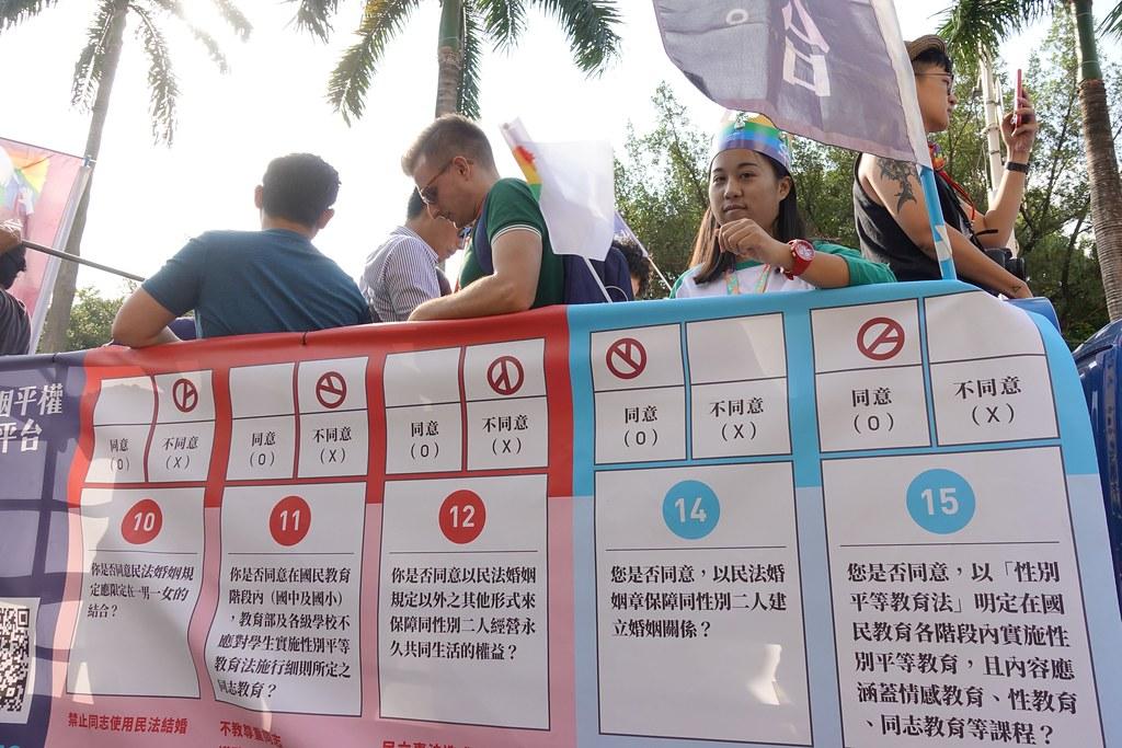 2018台灣同志遊行,同志團體喊出公投「兩好三壞」的訴求。(攝影:張智琦)