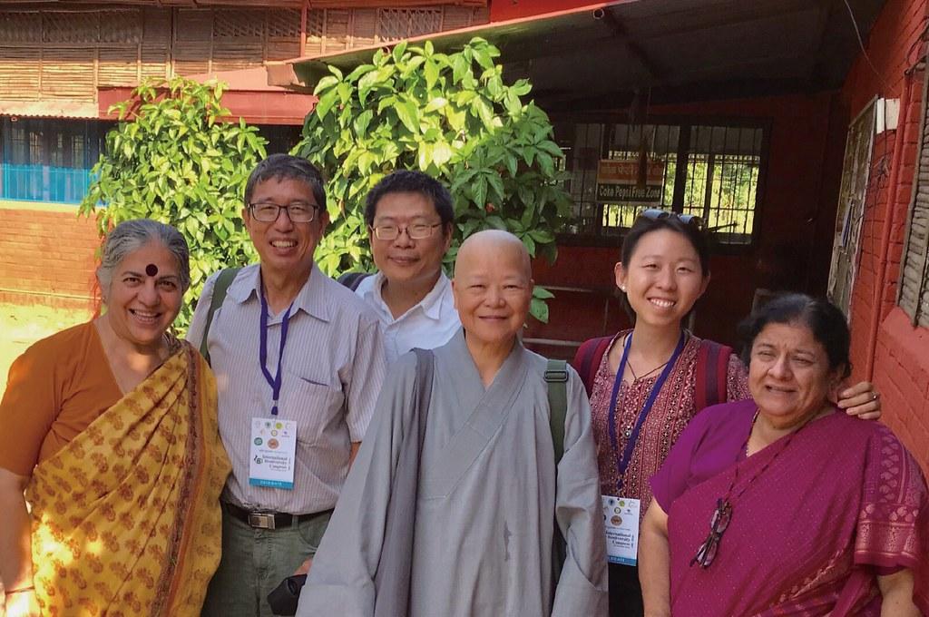 果祥法師一行人參訪博士的拿當亞農場,左起為席娃博士、新加坡鄧洪斌、臺灣綠色陣線執行長吳東傑、新加坡林思嫻、席娃博士的姊姊暨助理米拉.席娃(Mira Shiva)醫師。(釋果祥提供)