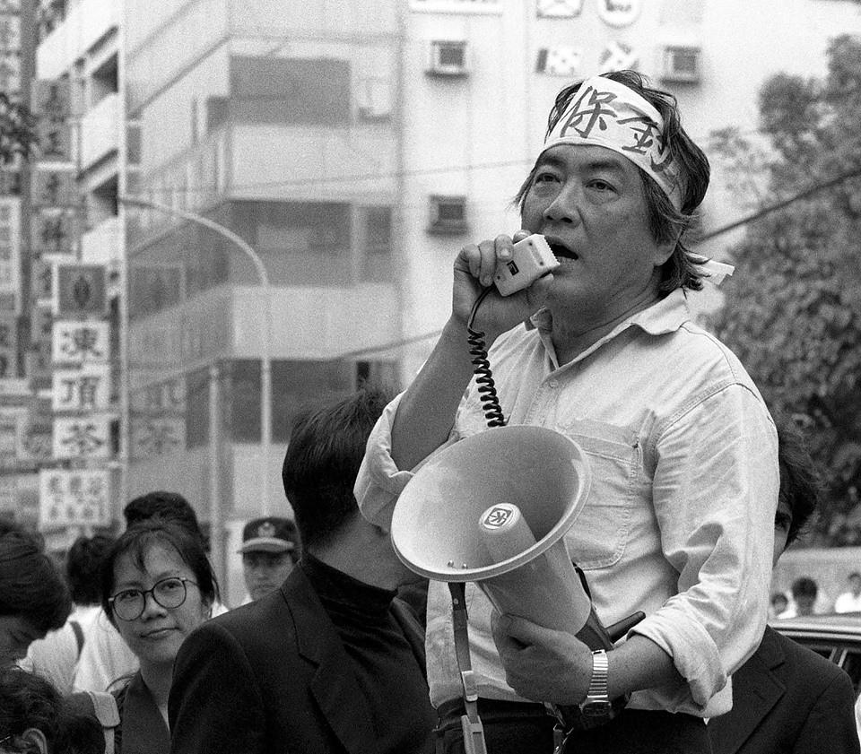1990年陳映真在日本交流協會前參與保釣抗議。(攝影:蔡明德)