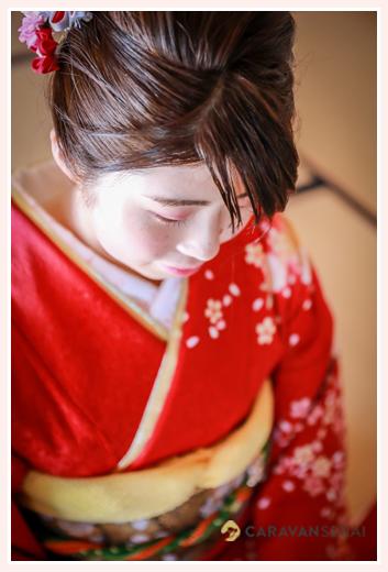自宅で成人式の前撮り写真 赤い着物