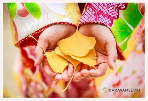 女の子の手のひらに乗ったイチョウの葉