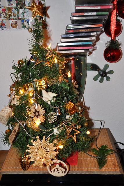 Weihnachten Weihnachtsbaum Christbaum künstlich Baumschmuck aus Holz und Stroh ... Erinnerung ... Foto: Brigitte Stolle