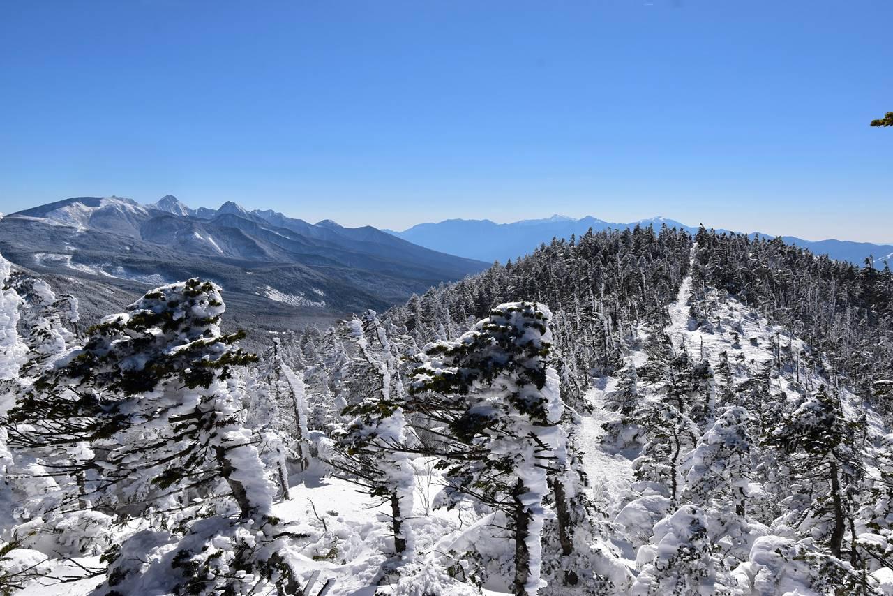 北横岳山頂から眺める南アルプスと南峰