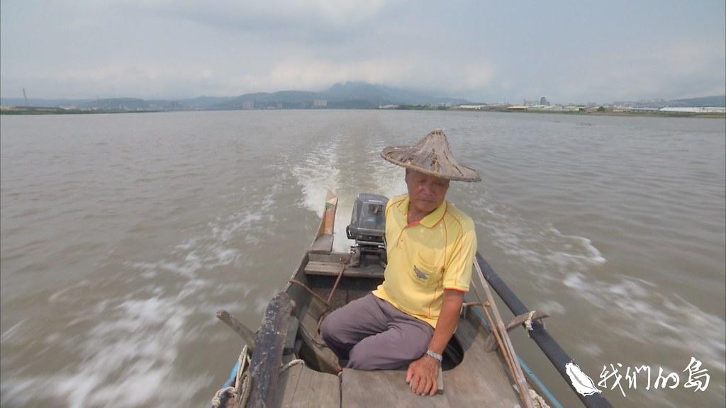 將近80歲的周益,是少數熟知淡水河水流與地形的漁民。