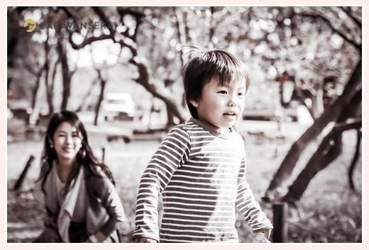 公園で駆ける男の子 見守るママ