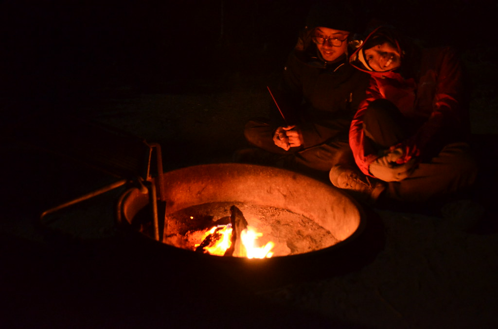 黃石湖邊的Bridge Bay Campground實在太寒冷了,生火取暖是必須!營火必須升在營地設置的火盆內。