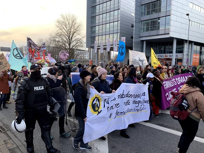 來自世界各地的群眾12月8日在卡托維茲展開氣候遊行,要求各國政府達成實質性的減碳協議。台灣青年氣候行動聯盟提供。