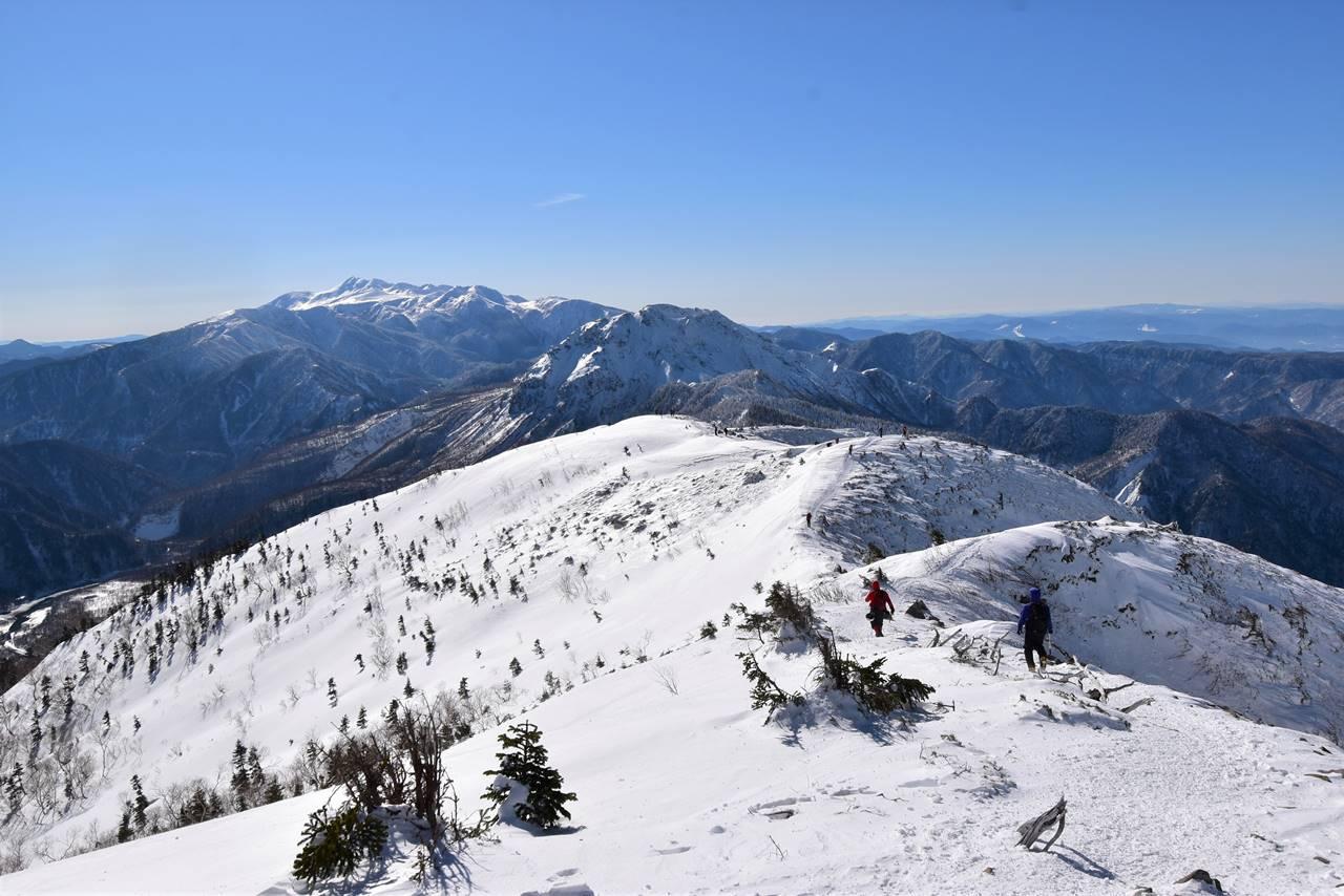 西穂高岳から眺める雪の焼岳と乗鞍岳