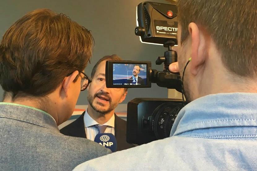荷蘭氣候與能源政策部長Wiebes向媒體解釋內閣對「氣候協議」的立場。
