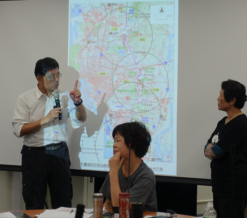 陳椒華與環委劉希平在地圖前討論空品監測地點。賴品瑀攝。