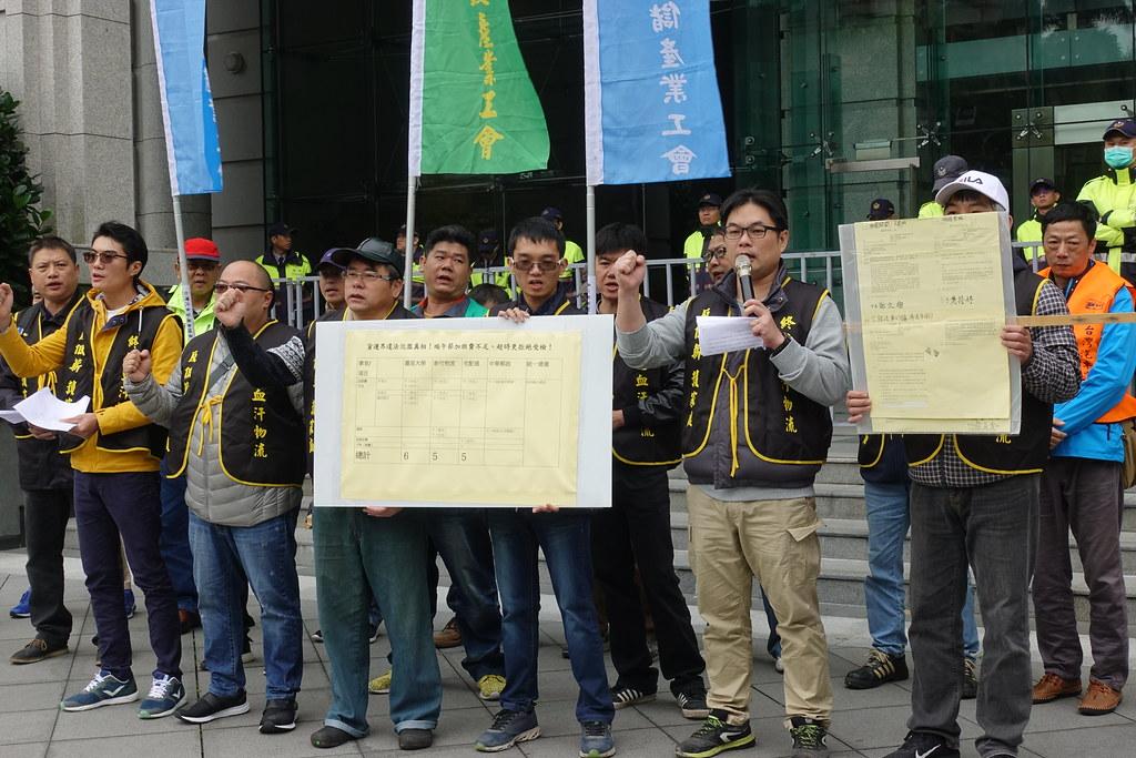 客運業和貨運業工會今日接連到交通部和勞動部抗議血汗過勞。(攝影:張智琦)