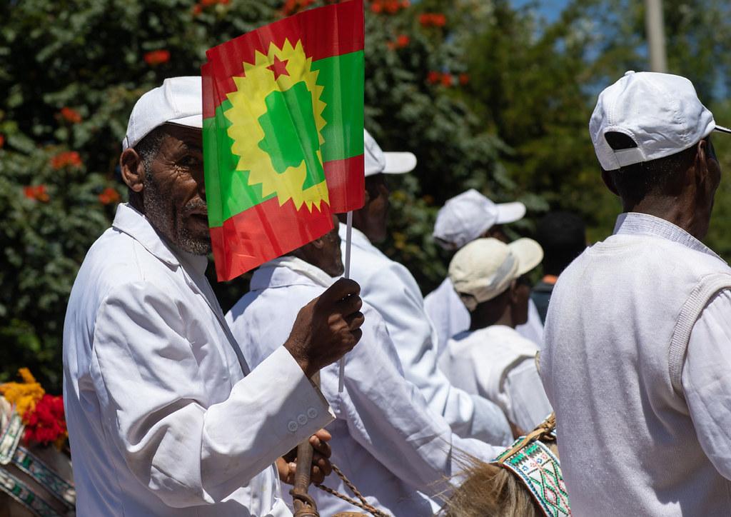 Ethiopian man holding a flag of the oromo liberation front