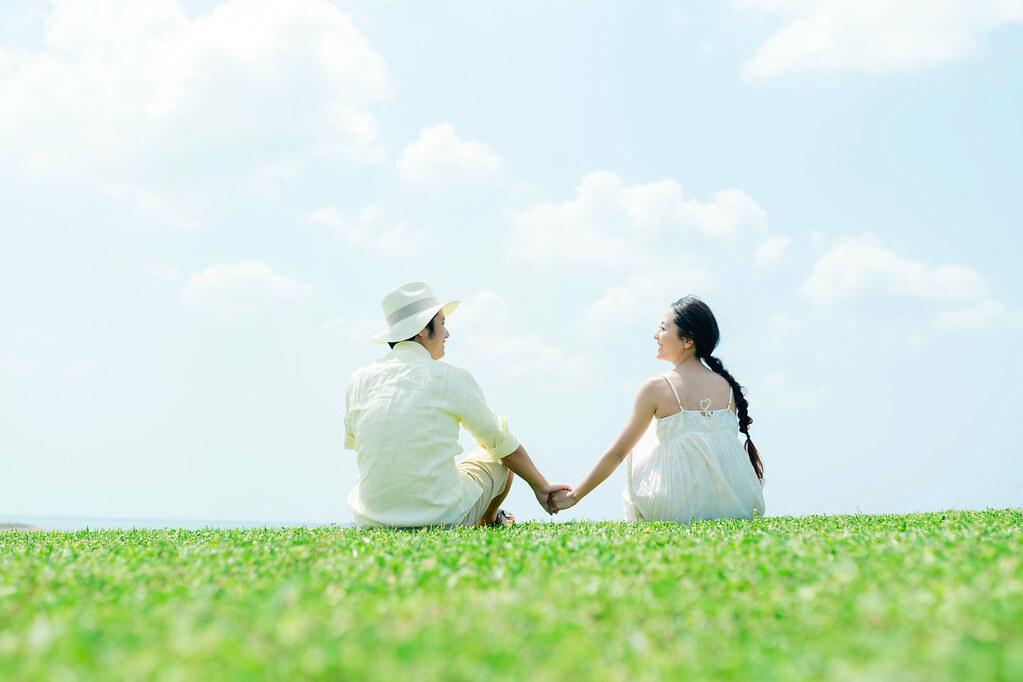 爽やかな場所で手を繋いで見つめ合っている仲良し夫婦