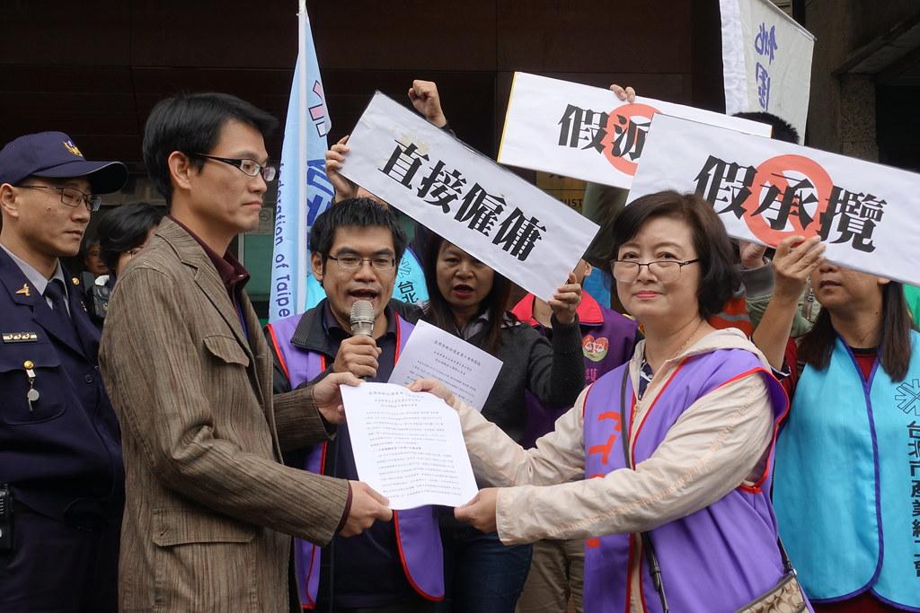 派遣工會今到勞動部提出不當勞動行為申請案,並呼籲勞動部終結假派遣和假承攬。(攝影:張智琦)