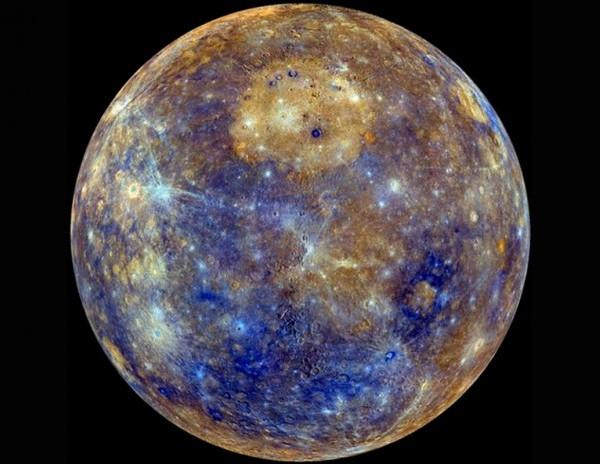 VCSE - A Merkúr bolygó a Messenger űrszonda felerősített színezésű felvételén (emberi szemmel szürkésnek látnánk a bolygót). - NASA