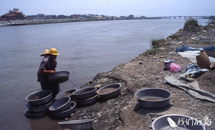 1995年台南二仁溪畔掏洗廢五金。