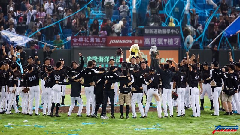 桃猿奪下2018台灣大賽冠軍。(特約記者侯禕縉/現場拍攝)