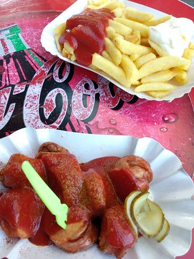 Currywurst mit Pommes rot/weiß