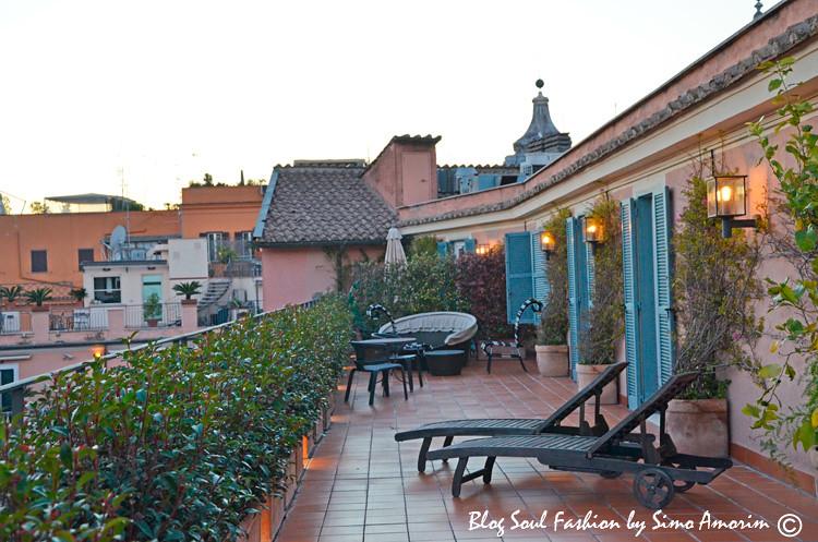Que tal sentar aqui e admirar o final de tarde e os tetos de Roma na linda suíte presidencial Nijinsky do Hotel de Russie em Roma?