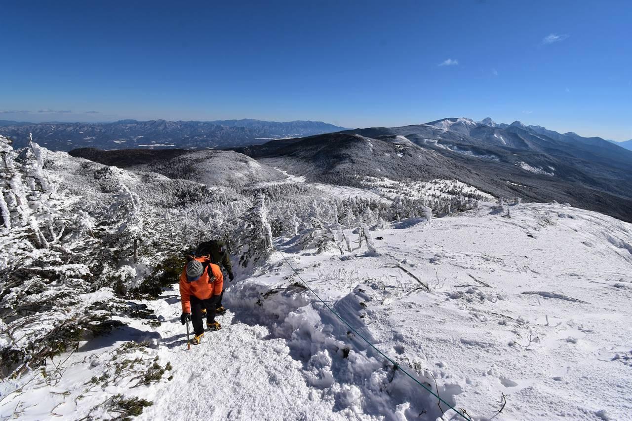 北横岳山頂から下山