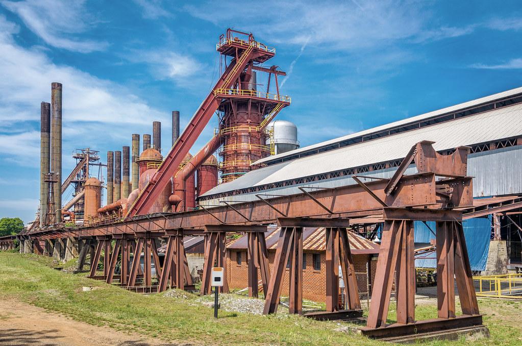 以零淨損失角度討論棲地開發,需釐清確切的保育目標,圖為美國阿拉巴馬州的鋼鐵廠。圖片來源:envato