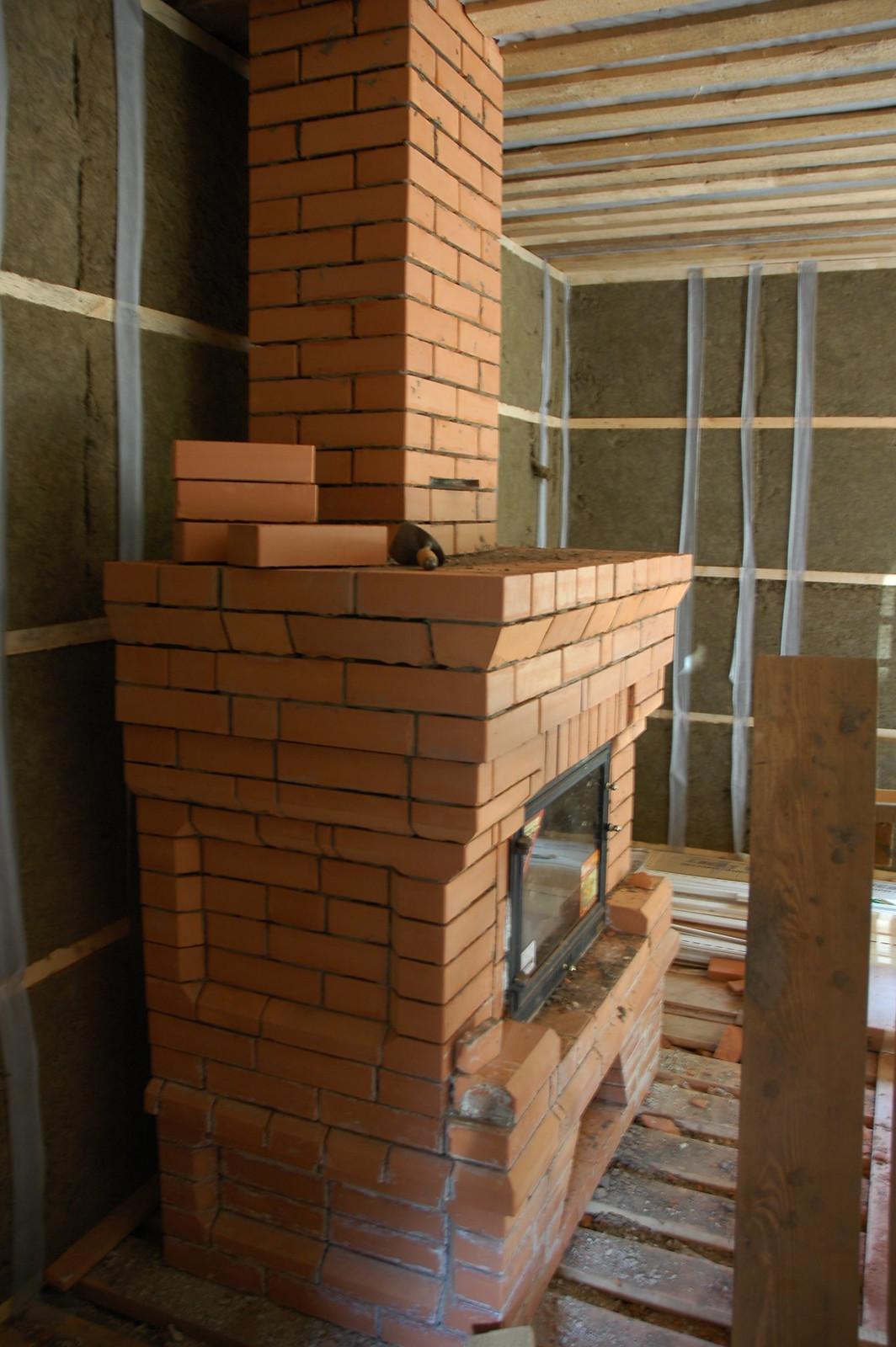 Вид камина и отделки стен по каркасной технологии дома из бруса