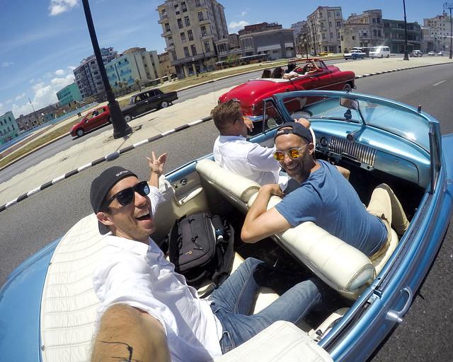 La Habana y su malecón en coches clásicos