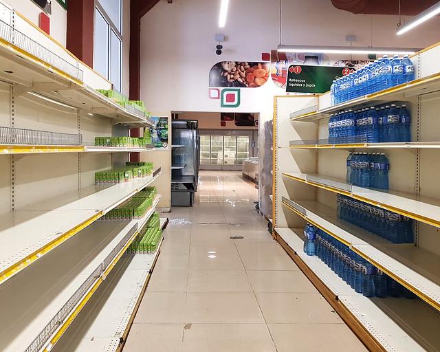 Estanterías de los supermercados en La Habana