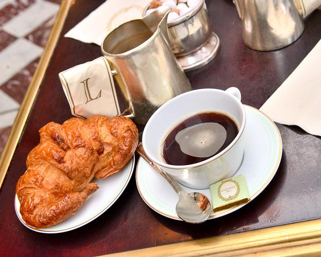 Café y croissant de Ladurée