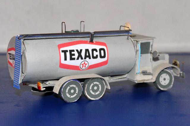 Basteln mit Küchenrollen ... Recycling ... Tank-LKW aus einer leeren Küchenrolle und grauem Pappkarton ... Büroklammern, Knöpfe ... Idee und Umsetzung: Harold Eisele 2018