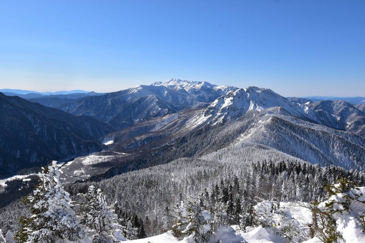 雪の焼岳と乗鞍岳