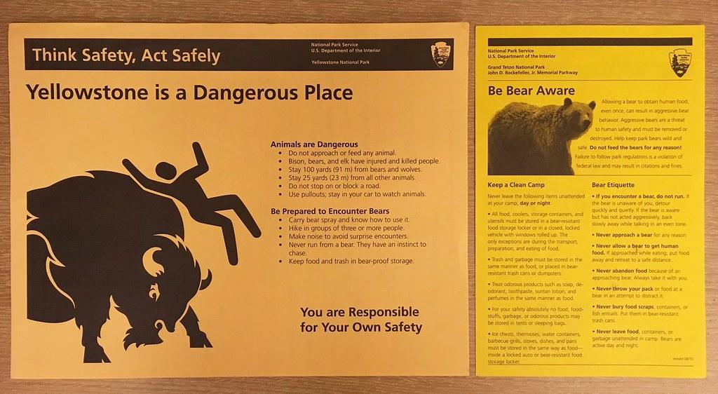 在國家公園裡,到處都在提醒你必須「為自己的安全負責」。圖為入園時拿到的傳單