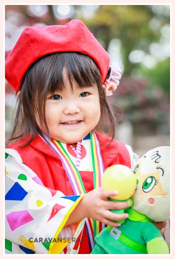 メロンパンナの人形を抱っこする女の子