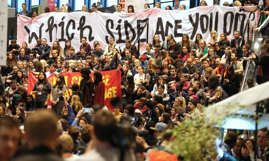 環保人士於COP24場外抗議。(圖片來源:Andrzej Grygiel/EPA)