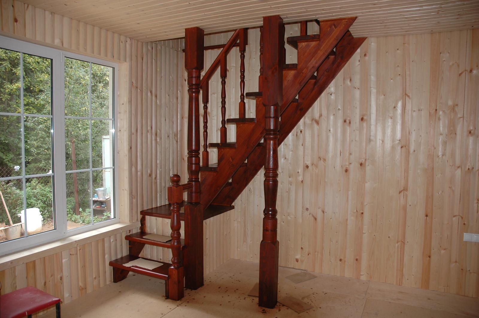 Лестница на второй этаж в доме из бруса в Могутово