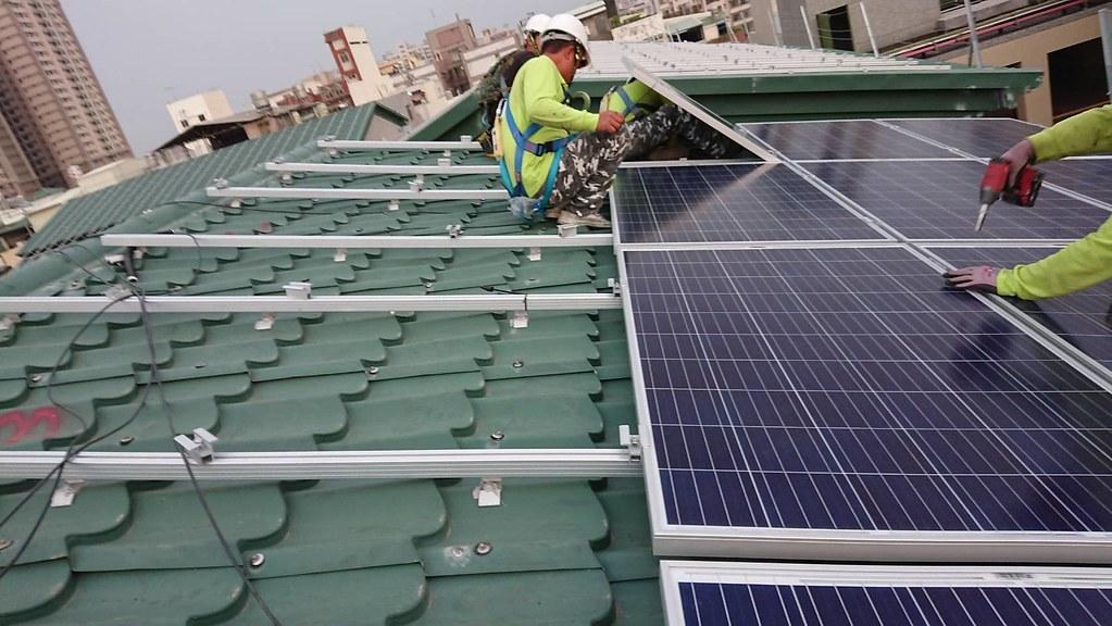 業者施作屋頂型光電。資料照,太陽能光電發電系統商業同業公會提供