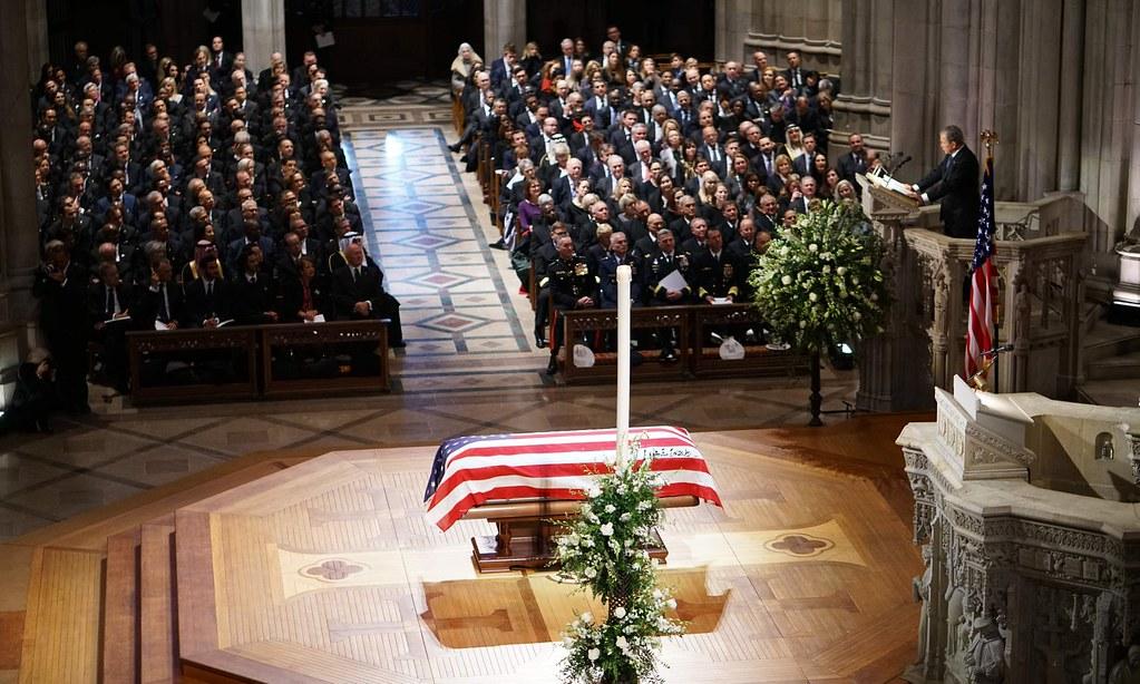 小布希在老布希的丧礼上发表悼词。(图片来源:Mandel Ngan/AFP)