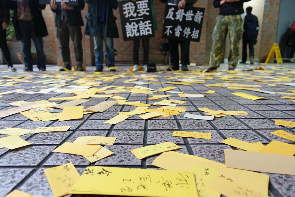 社發所學生拋撒印有成舍我的名言「我要說話」的冥紙。(攝影:張智琦)