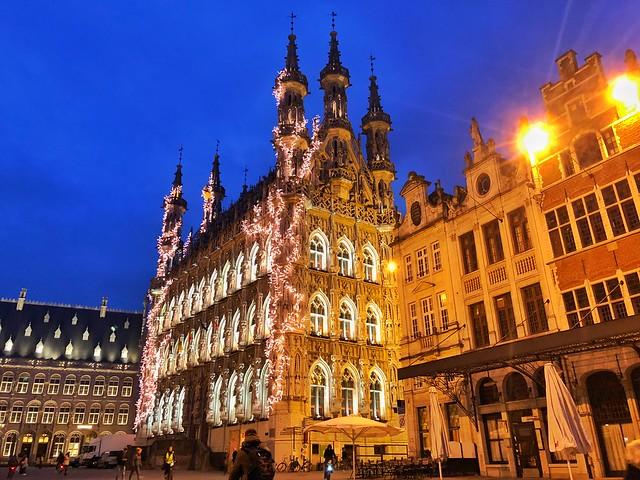 Grote Martk y ayuntamiento gótico de Lovaina por la noche (Flandes, Bélgica)