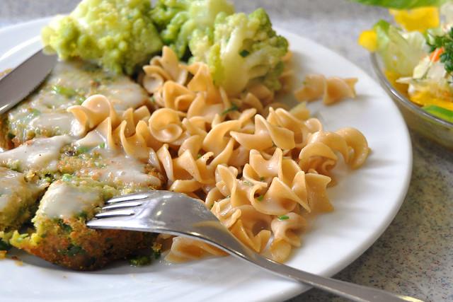 Vegetarisch: Quinoa-Erbsen-Frikadellen, Vollkornnudeln, Romanesco, Schnittlauchsauce ... Foto: Brigitte Stolle