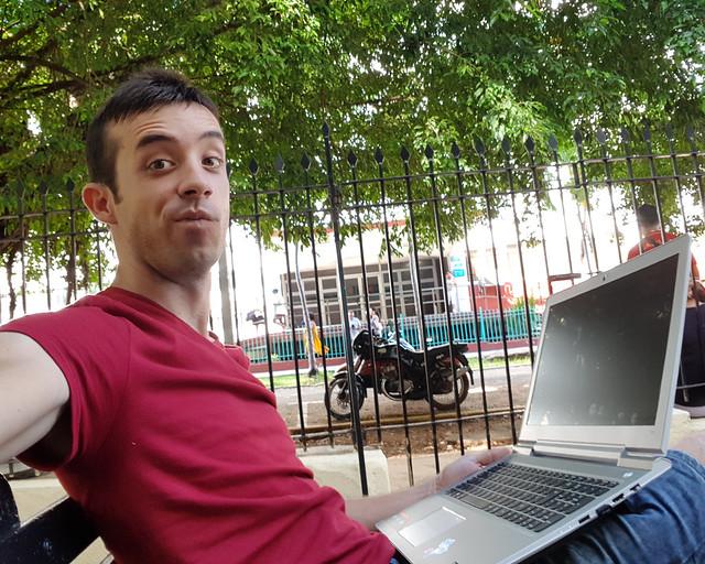 Conectado a Internet en una de mis oficinas de La Habana