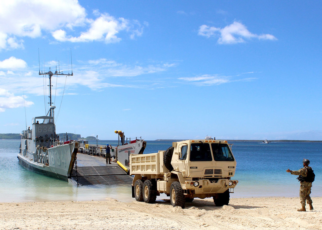 Sailors Load A 10 Ton Dump Truck At The Reserve Craft Beac Flickr